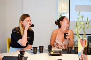 Ksenia y Sara disfrutando de la cata de vinos