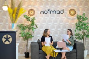 2 personas en el coworking de nomad