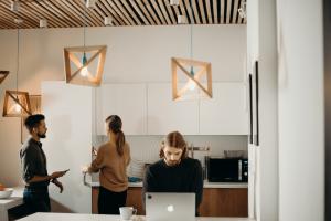 personas trabajando en coworking
